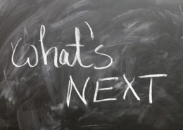 黒板にチャレンジを彷彿とさせる名言が書かれている