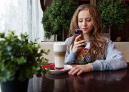 cafeでInstagram用の写真を撮っている女の子