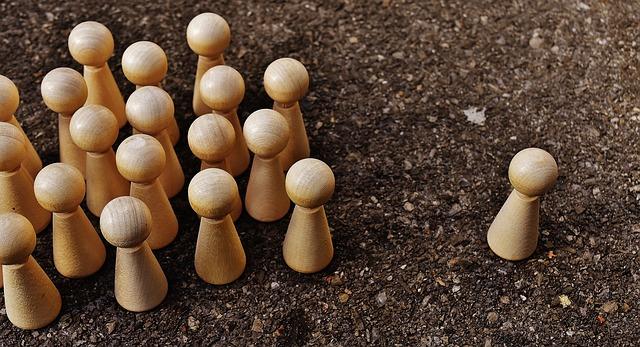リーダーとそれに付いて行く人たちを駒でで表している絵