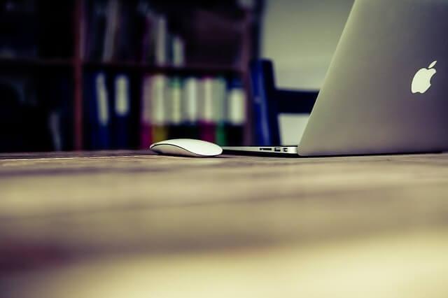 書斎室の机の上にmacbook airとマウスが置いてある